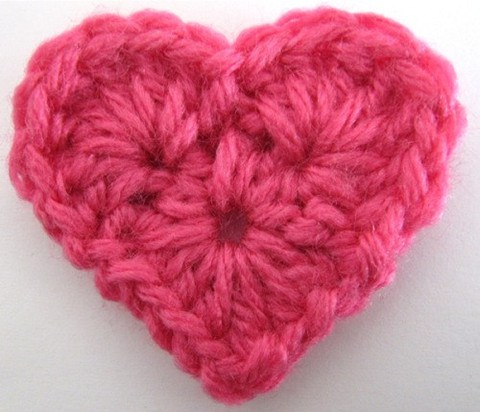 crochet heart 18.http://www.maggiescrochet.com/products/small-heart-free-pattern yxceixo