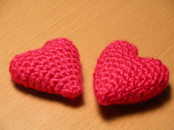 crochet heart picture of crocheted amigurumi-style hearts dyljlbr